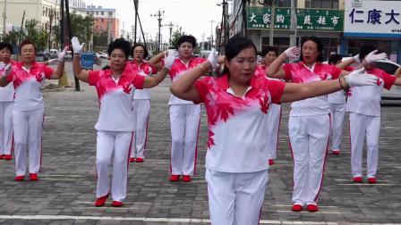 宝龙山镇燕燕时尚姐妹健身艺术团献爱心演出