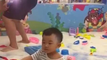 """快乐一家人~小小妹玩塑料米被爸爸""""埋""""起来"""
