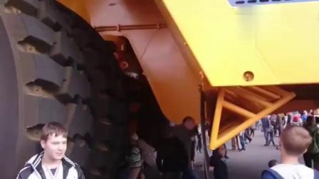 超级采矿车不小心压过去一辆斯太尔,这感觉就像过了个减速带!