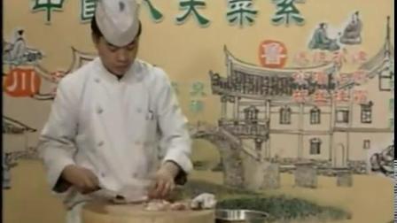 淮扬风味名菜荷叶粉蒸鸡的做法,该菜荷叶清香四溢,鸡肉鲜嫩酥烂