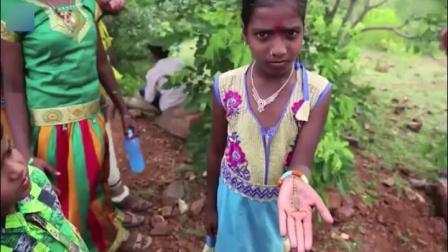 印度人的这一风俗真是够劲爆,任由蝎子在身体