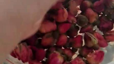 可食用级别玫瑰花,可以用来做冻膜,放在皂基里面做皂,亦可以拿来提取纯露。总之用途非常的之多……