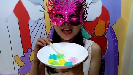吃货吃果冻,面罩小姐姐吃郁金香花朵形状的彩色果冻布丁