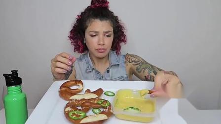 国外纹身女,吃椒盐碱水面包和奶酪,吃起来很狂野