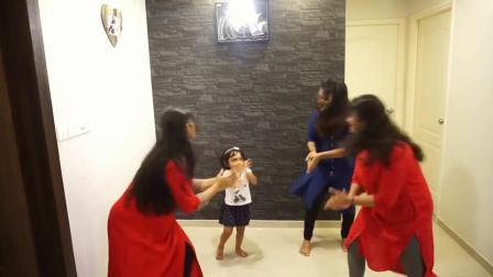 宝宝一个人和三个阿姨尬舞,一点都不逊色搞笑