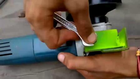 实拍牛人把角磨机创意改造一下,便能当台锯使