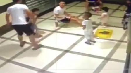 监拍俩孩子互抢玩具 家长拿衣架狠抽另一名孩子