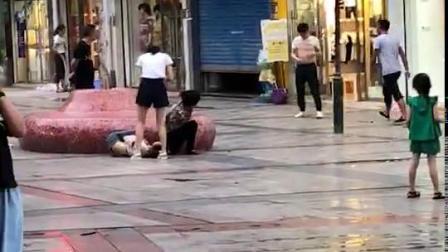 男子与家人当街争吵后 挥刀刺伤岳母后自残