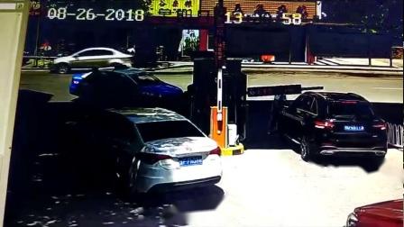 男司机误把油门当刹车 冲进街边面馆