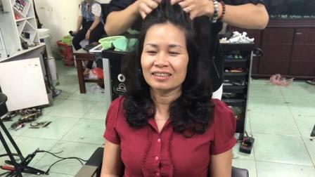 阿姨今天到理发店烫了个大波浪很满意,发型师;染点颜色会更洋气