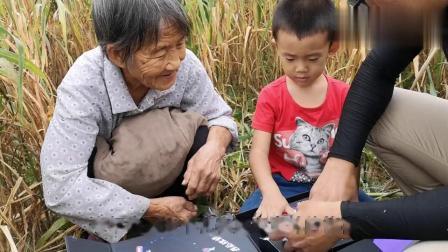 农村80岁奶奶第一次吃椰蓉月饼,吃完这样评价,究竟说了啥
