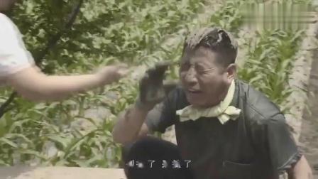 淘小子帮爷爷盖狗窝,结果淘小子把水泥往爷爷头上倒,笑我了搞笑视频