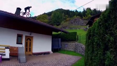 """太刺激牛人骑着自行车""""钻山洞""""速度还这么快"""