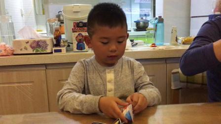 【快7岁】3-1哈哈跟爸爸一起开健达奇趣蛋玩具变形金刚IMG_0222.MOV