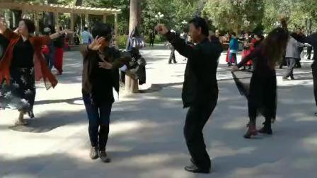 伊宁市公园的新疆舞