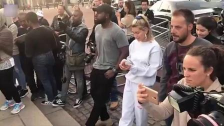 9月18日:JustinBieber在伦敦白金汉宫附近街头献歌。