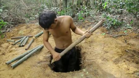 牛人小哥深山里隐居,用原始方法修建出露天厕