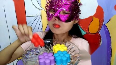 美食吃货:面罩小姐姐吃彩色花空心巧克力特别的脆特别的香甜