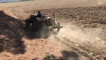 国外牛人驾驶拖拉机耕地,这效率一天耕几十亩