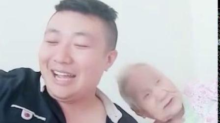 奶奶真的是可爱,孙子说她想姥爷了,她立马急