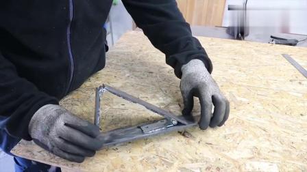 牛人在铁板上焊制几个门轴,结果做出这个工具