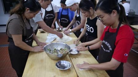 排好队,学员实操,炸春卷是怎么包的-广州点心培训