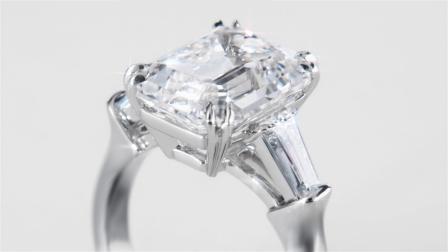 Classic Winston™系列祖母绿型切工钻石搭配长锥形切工边钻订婚戒指