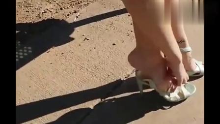 美女试穿银色高跟鞋,美鞋玉足再加性感刺