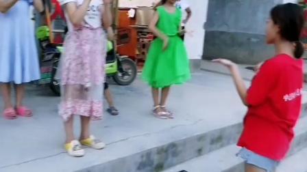 买蛋糕等待时,教小朋友们手势舞