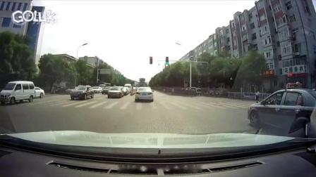 左侧车是在左转车道,和我一起直行了
