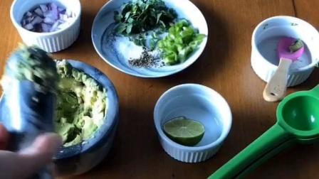 墨西哥牛油果和salsa西红柿蘸酱~5分钟搞定,无油版本~超级好吃,还健康^_^