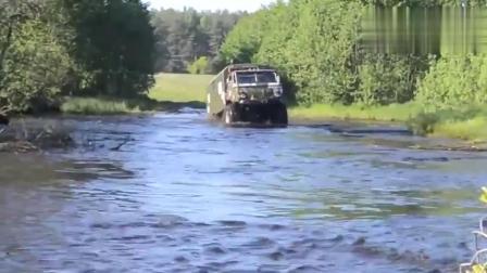 废铁价格买来的,俄罗斯退役军车,涉水过河,比百万越野车强太多