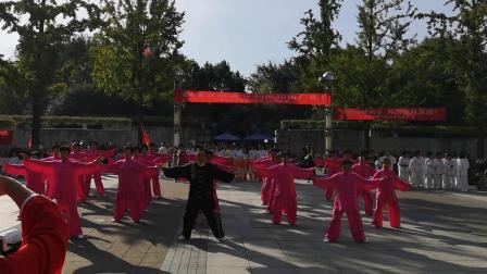 广德县健身气功协会表演节目《健身气功大舞》喜迎国庆佳节。