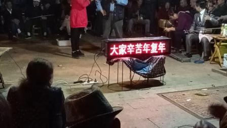 益阳市资阳区花鼓戏剧团人员在晚上演唱