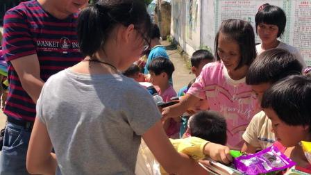 为英德贫困山区孩子捐书捐文具