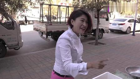 搞笑:小伙卖大葱,让美女给忽悠了差点没把自