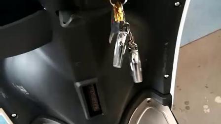 小龟电动车怎样打开坐垫