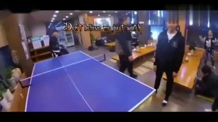 王俊凯在韩国吃饭,吐槽:全是泡菜,怎么吃哦!王源打球豪迈挥拍