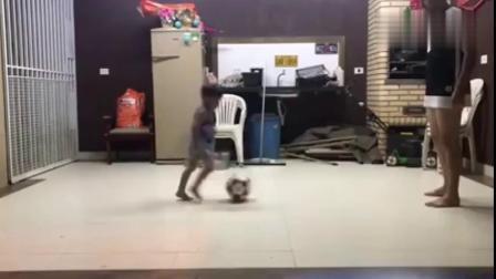 爸爸哄孩子的搞笑视频,那个这么小就会踢足球