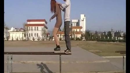 女汉子和男友游广场