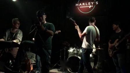 法国乐手Inophis跟他的中国乐手俄罗斯乐手菲律宾乐手的朋友一起玩Smoke On The Water曲在上海哈雷酒吧。