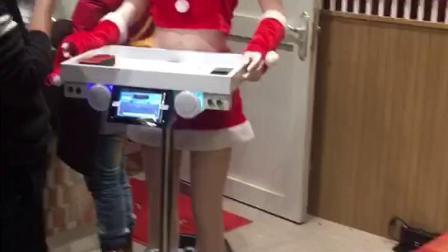 美女送餐机器人4