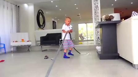 国外小屁孩把水精灵洒满屋子,妈妈回来直接滑到了,熊孩子!搞笑视频