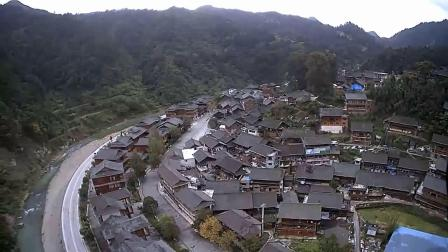 航拍半山腰上的苗寨吊脚楼木屋村寨_村民世世代代不愿搬走。