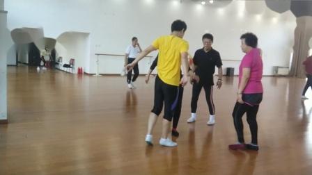 天坛钱姐雕毛毽子视频18.10.27三里屯街道