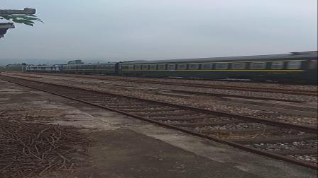 (三茂线火车视频)东风11g牵引z201次列车快速通过依坑站