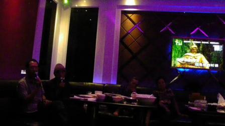 2014年9月在南宁佰迪乐KTV,老黄与将军父亲合唱《国歌》