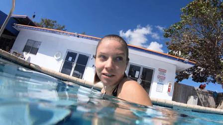 美女水下游泳