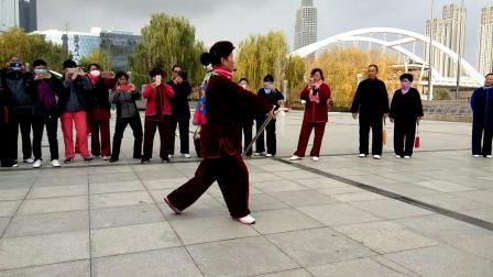 2018年11月6日国家级社会体育指导员赵建军老师在兰州市社会体育指导员培训班上给学员们演示杨氏42式太极剑!