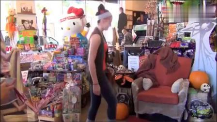 恶作剧:男子伪装成座椅,让坐下的人吓一跳搞笑视频